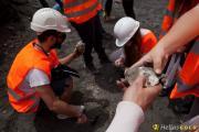 Φοιτητές γεωλογίας σε επαφή με το μετάλλευμα